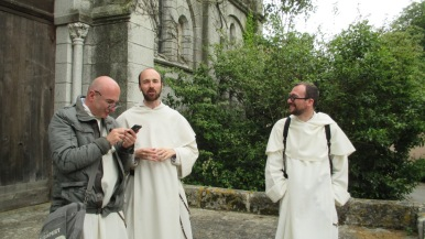 Frère Thierry Hubert reste en lien avec retraite dans la ville (avec les frères Franck Dubois et Pierre-André) (Lille)
